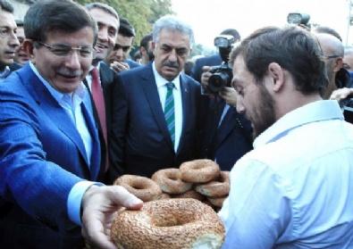 Başbakan Davutoğlu Eyüp Sultanda Sabah Namazı Kılıp Simit Dağıttı