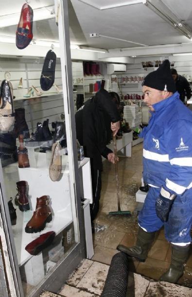 İzmir'de Sağanak Nedeniyle Bazı Ev Ve İş Yerlerini Su Bastı