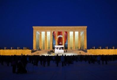 Anıtkabir Sabaha Kadar Halkın Ziyaretine Açıldı