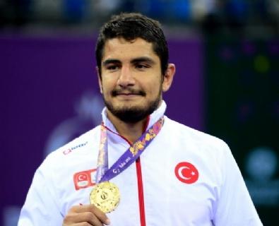 Milli güreşçi Taha Akgül'den altın madalya