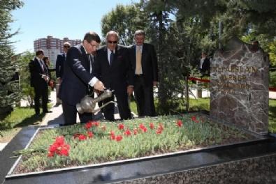 Başbakan Davutoğlu'ndan Türkeş'in Kabrine Ziyaret