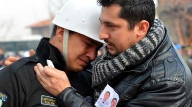 Ağlayan polisi şehit yakını teselli etti