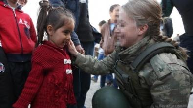Kadın subay çocukların yüzünü güldürdü