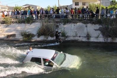 Eşinin kaza yaptığını duyunca suya atladı!