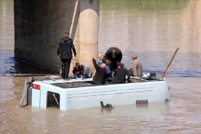 Minibüs Irmağa Uçtu