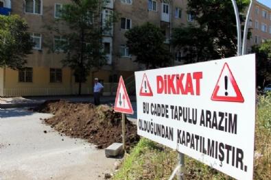 Bu Cadde Tapulu Arazim Diyerek 4 Şeritli Yolu Kapattı