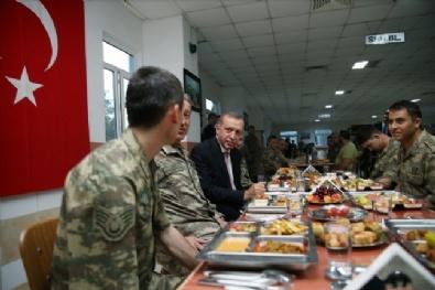 PIYADE - Cumhurbaşkanı Erdoğan askerlerle iftar yaptı