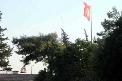 TÜRK BAYRAĞI - Terör Örgütü Paçavrası İndi Yerine Türk Bayrağı Asıldı
