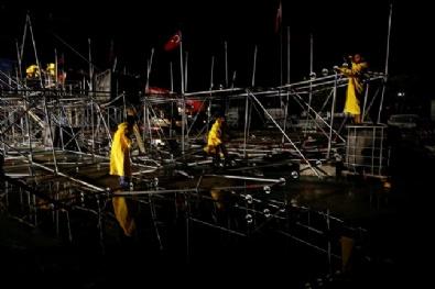 AKM'de Tören İçin Kurulan Platform Çöktü