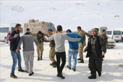 JANDARMA KOMUTANLIĞI - Hakkari'de Askerlerle Vatandaş Halay Çekti