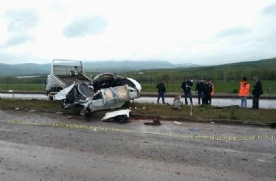 Otomobil Elektrik Direğine Çarptı: 2 Ölü, 4 Yaralı