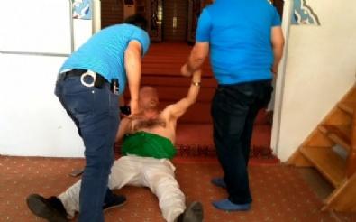 Camide Namaz Kıldıran İmama Ve Cemaate Saldırdı