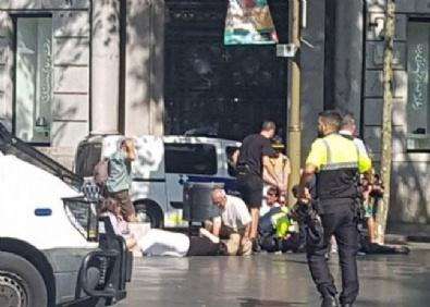 Barcelona'da minibüs kalabalığın arasına daldı!