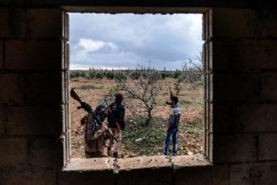 Teröristler Sınıra Yakın Yerlerdeki Mevzilerden Çekildi
