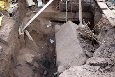 Polis Operasyon Yaptığı Evde Lahit Buldu