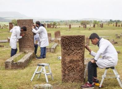 Tarihi Mezar Taşları Ayağa Kaldırılıyor