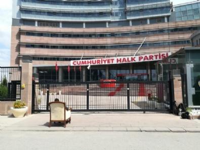 CHP Genel Merkezi Önünde Koltuklu Eylem