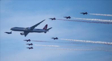 Türk Yıldızları, THYye Ait Uçağı Eşlik Etti