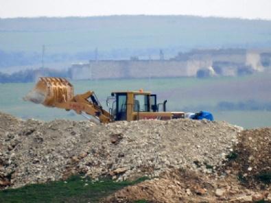 YPGli Teröristler Hendek Kazarken Görüntülendi