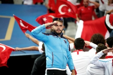 Türk Taraftarlardan Asker Selamı