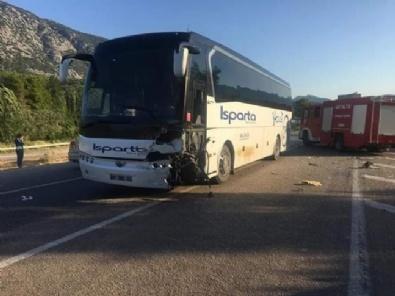 Yolcu Otobüsüyle Otomobil Çarpıştı