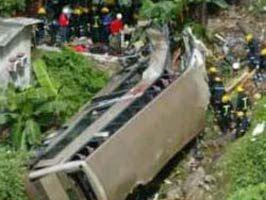 NURAY YıLMAZ - Yolcu otobüsü dereye uçtu: 46 kişi yaralandı