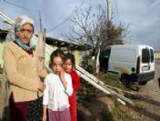Otomobil Eve Girdi, 10 Kişilik Ailenin Yüreği Ağzına Geldi