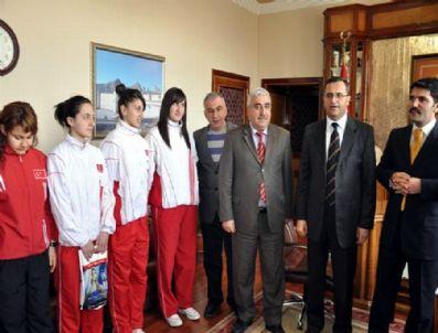 Vali Demir Şampiyon Badmintoncuları Ödüllendirdi