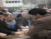 Akyazı'da Cuma Çıkışı Vatandaşlara Helva Dağıtıldı