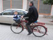 Bisiklet Sepetinde İki Büklüm Yolculuk