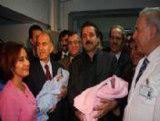 Bakan Çelik Yeni Yılın İlk Bebeklerine Altın Taktı