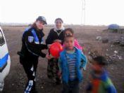 Kars'ta Polisler Çocuklara Oyuncak Dağıttı