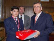 Okul Müdürü, Madalya Kazanan Güreşçisini Spor Ayakkabıyla Ödüllendirdi