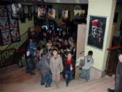 Gezici Ailelerin Çocuklarını Polis Sinemaya Götürdü