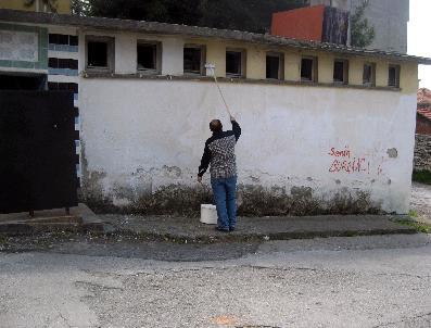 Okul Müdürü Kirlenen Duvarları Kendisi Boyadı