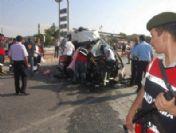 Servis minibüsü kamyona çarptı: 2 ölü, 16 yaralı