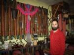 İşyerini Eski Eşyalarla Donatarak Otantik Bir Müze Haline Getirdi