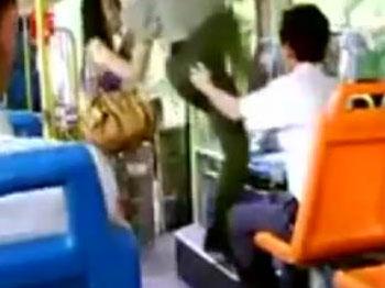 Otobüste taciz eden adam neye uğradığını şaşırdı