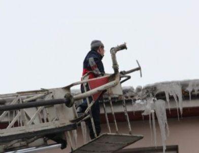 Ardahan'da İtfaiye Ekipleri Çatılardan Sarkan Buzlar İçin Alarma Geçti