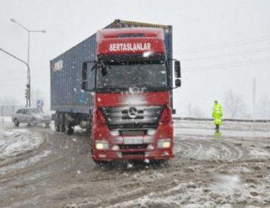 Bursa-Ankara Yolunda Tır'lar Kar Yüzünden Bekletiliyor