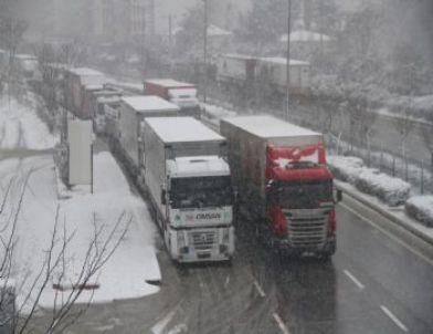 Bursa-İstanbul Yolu Kar Sebebiyle Durma Noktasına Geldi