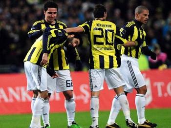 Fenerbahçe, 13 Futbolcuyla İdman Yaptı