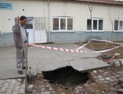 Hisarcık'ta Okul Bahçesinde Çökme Sonucu Oluşan Çukur Korkuttu