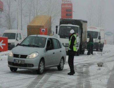 Kar Yağışı Turistleri Yolda Bıraktı