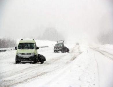 Kar Yağışı Yolda Bıraktı