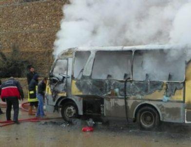 Kırıkkale Üniversitesi'ne Öğrenci Taşıyan Minibüs Çıkan Yangında Kül Oldu