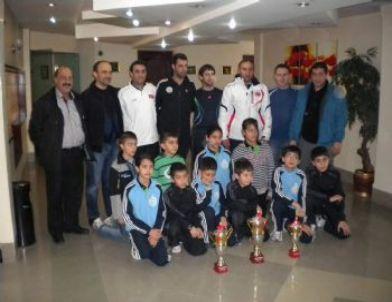 Masa Tenisçiler İran'dan Şampiyonlukla Döndü