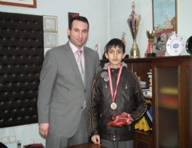 Mili Eğitim Müdüründen Şampiyona Hediye