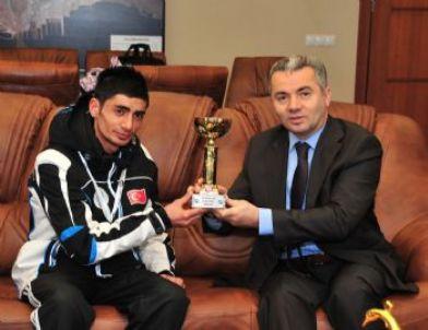 Şampiyon Sporcu Ödüllerini Beylikdüzü Belediyesi'ne Sundu