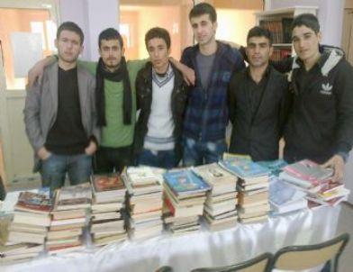 Suruçlu Üniversiteli Gençlerden Kitap Yardımı